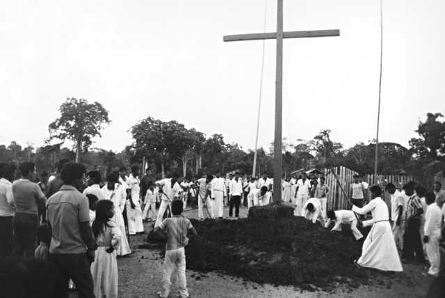 Transferência da igreja para outro local da aldeia, Porto Cordeirinho, Terra Indígena Tikuna de Santo Antônio, Município de Benjamin Constant, Amazonas. Foto: Jussara Gruber , 1979
