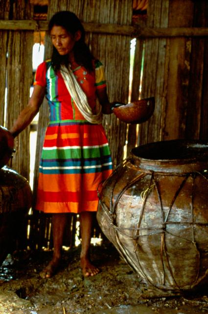 Índia Ticuna preparando alimento, Belém do Solimões, Terra Indígena Évare I, Amazonas. Foto: Jussara Gruber, 1979