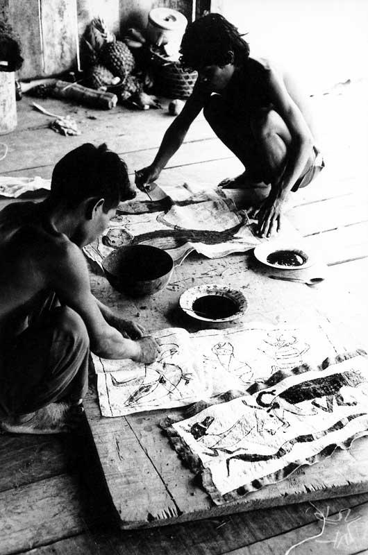 Rapazes ticuna pintando tururi. Foto: Jussara Gruber, 1979