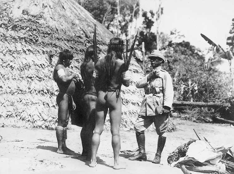 O General Rondon diante de três Tiriyó. Foto: acervo Comissão Rondon, 1928.