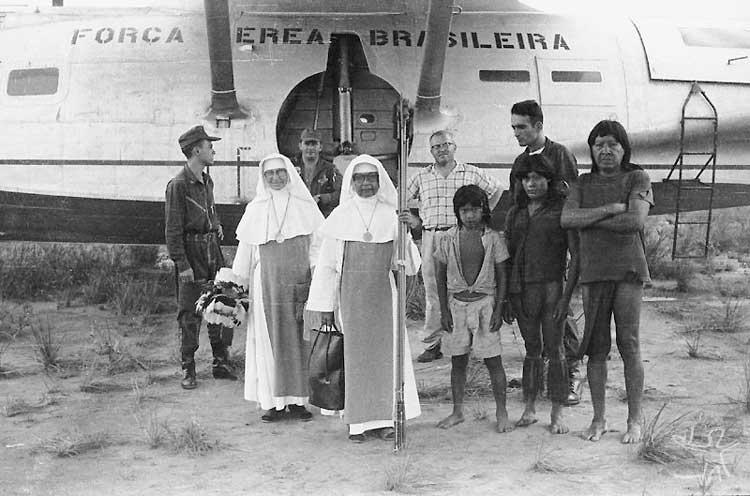 Os Tiriyó entre membros da FAB e missionárias. Foto: Angelo Machado, 1963.