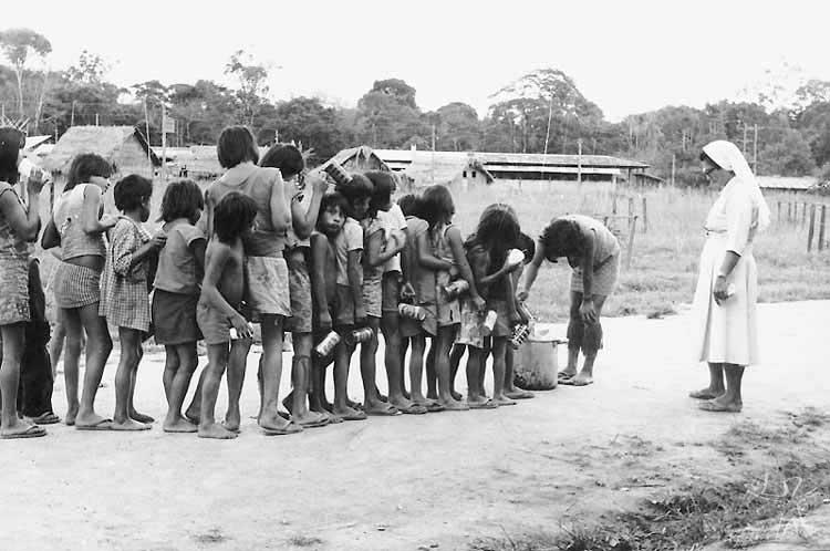 Ditribuição de merenda escolar na Missão. Foto: Ninho Moraes. 1979.