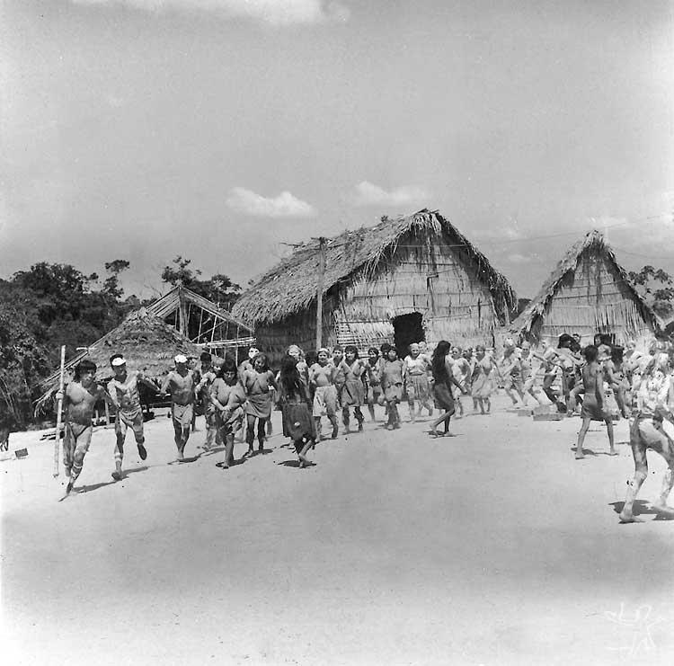 Festa em aldeia tiriyó. Foto: Protásio Frikel, 1965