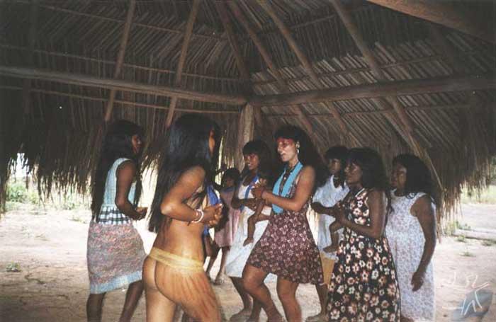 Cantando e dançando as músicas do Yamurikumã. Foto: Takap Pi'yu Trumai Kaiabi, 2000