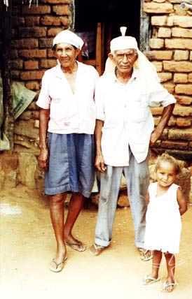 Da. Santa e Sr. Luís Fatum, mestres de toré, e neta. Foto: Ugo Maia, 2000.
