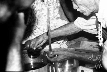 Sr. Aprígio Fatum serve jurema durante mesa de toré. Foto: Ugo Maia, 2001.