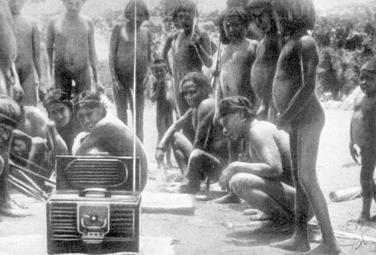 Os Tupari ouvem rádio pela primeira vez. Foto: Franz Caspar, 1948