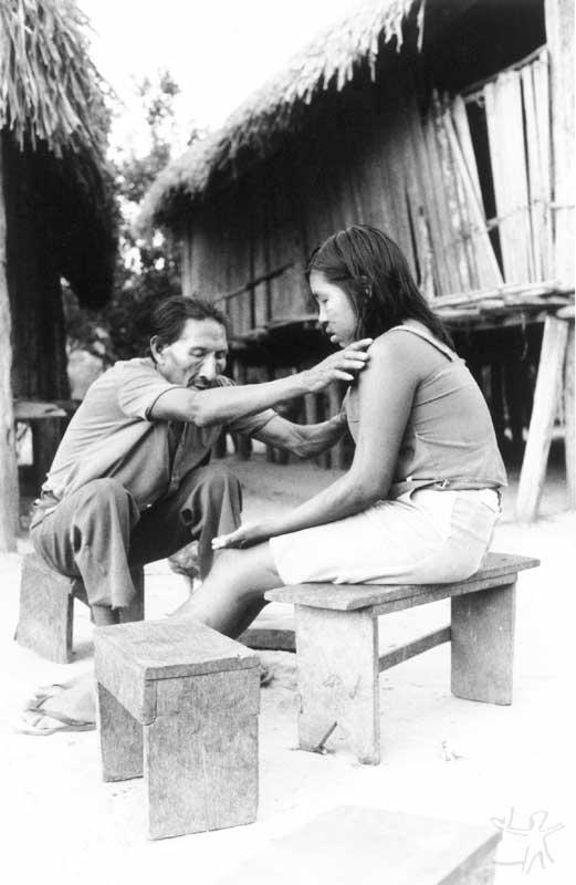 Xamã tupari em uma sessão de cura. Foto: Lucia Mindlin Loeb, 1991