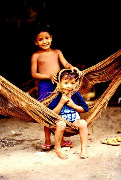 Crianças brincando com as redes de dormir. Foto: Sergio Bloch, 2000.