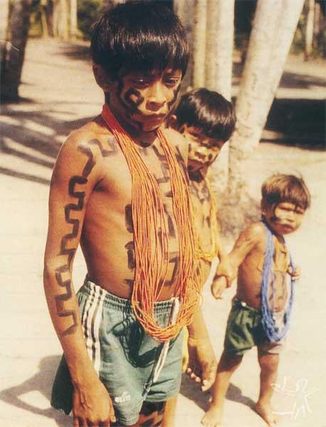 Meninos pintados e enfeitados para o ritual do Maryba. Foto: Henrique Cavallero, 1999.