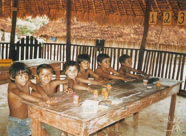 A educação no Programa Waimiri Atroari é voltada para valorizar a cultura indígena e ao mesmo tempo preparar os Waimiri Atroari para o contato com o mundo dos brancos. Foto: Nádia Barboza, 1999.