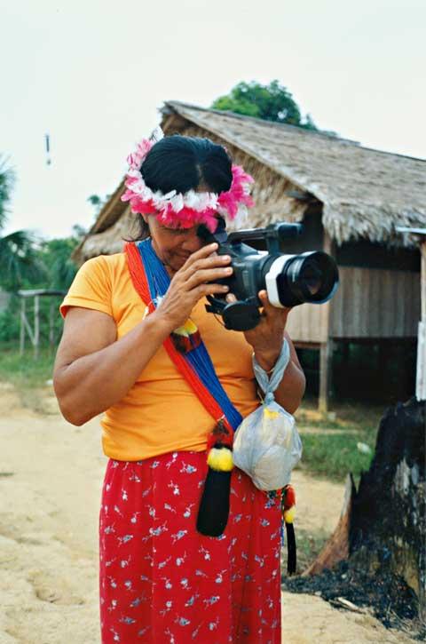 Oficina de video na comunidade Waiwai do Jatapuzinho (RR). Foto: Evelyn Schuler, 2002.