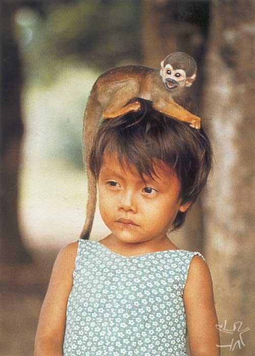 Xin Narao com macaco. Aldeia Ocaia, Rio Negro. Foto: Rômulo Fialdini, 1987