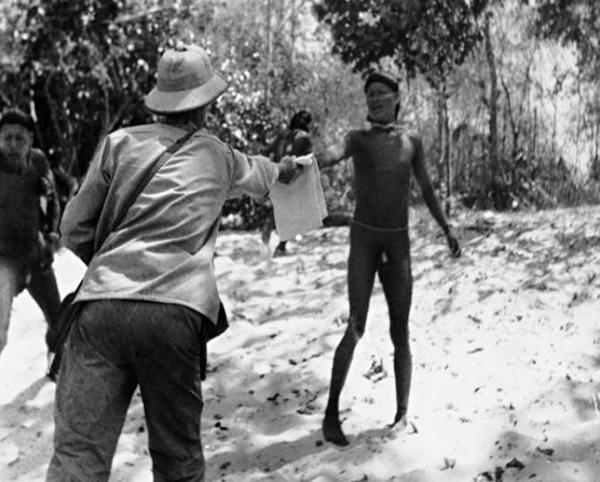Troca de presentes entre grupos locais xavante e o Serviço de Proteção ao Índio (SPI). Foto: Lamônica/Museu do Índio (1951)