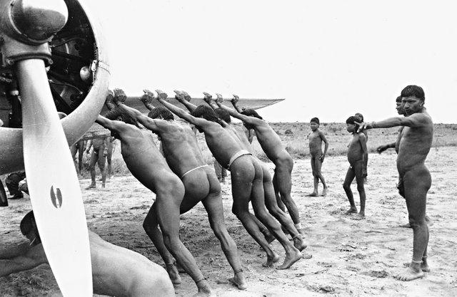 Índios xavante empurrando avião. Foto: José Medeiros, 1949