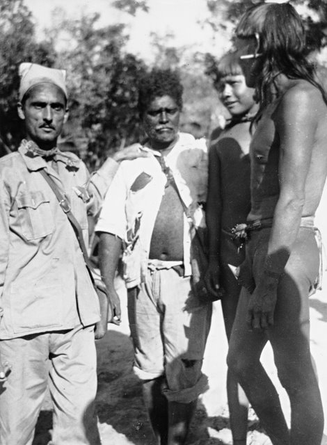 Francisco Meirelles (à esquerda), com o auxiliar de sertão Ladislau Cardoso, o cacique Uruhuenan e Serimicramin. Museu do Índio. Foto: Lamonica/Museu do Índio, 1951
