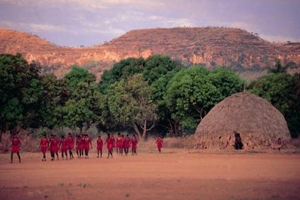 Grupo de waptés (pré-iniciados) saem do Hö (Casa de Solteiros). Foto: Rosa Gauditano