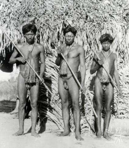 Participantes da festa de imposição dos nomes masculinos com cacetes, gravatas e cintos. Foto: Curt Nimuendaju/Museu Nacional, 1937
