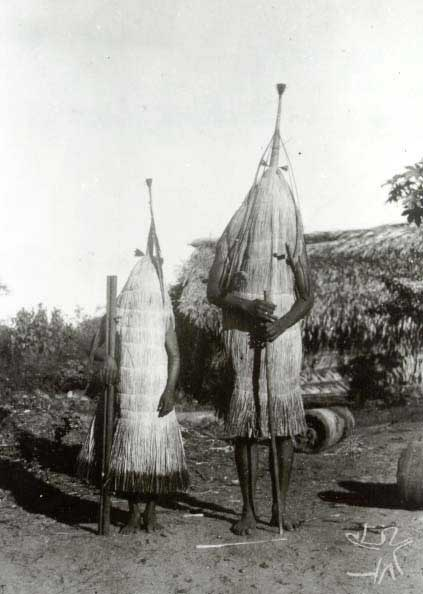 Máscaras Padí com varas e cacetes. Foto: Curt Nimuendaju/Museu Nacional, 1937