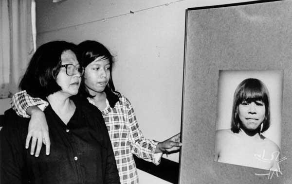 Tiguá em companhia da filha Indianara do Brasil Tiguá, olha a foto de sua mãe. Foto: Márcia Rosato. Data: 31 de Agosto, 1997, Curitiba, Paraná