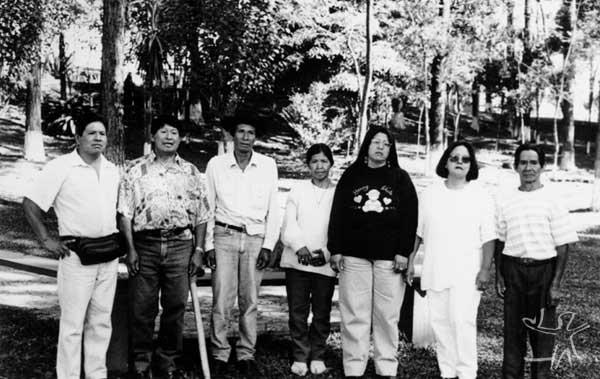 Os sobreviventes Xetá: (da esquerda p/ baixo): Tiküein, Tuca Tiküein, Ã, Tiguá e Kuein. Foto: Márcia Rosato, 30 de Agosto, 1997, Curitiba, Paraná