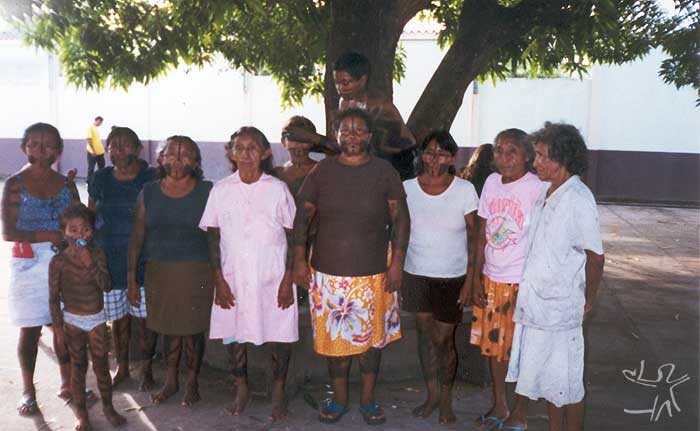 Leader of the group together with Xipaya women and children. Photo: Marlinda Melo Patrício, 1999.