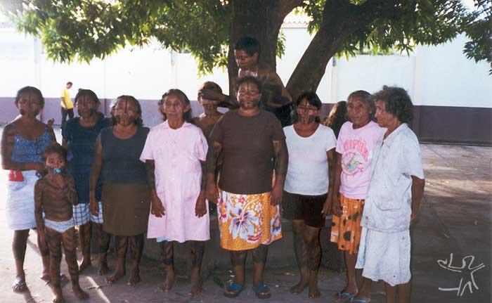 Líder do grupo e outras mulheres e crianças xipaya. Foto: Marlinda Melo Patrício, 1999.