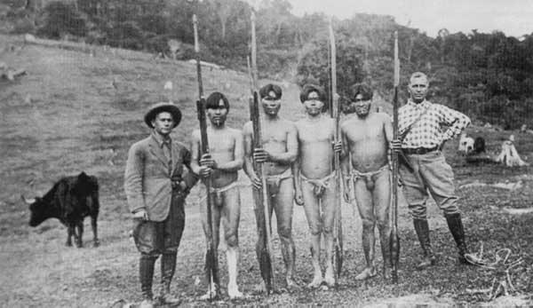 Índios ladeados por visitantes alemães. Acervo Edmar Hoerhan