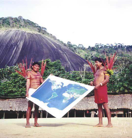 Abertura da Assembléia Geral Yanomami. À direita, o líder Davi Kopenawa (com Raimundo Yanomami). Aldeia Demini, 11/12/2000. Foto: Hervé Chandès.