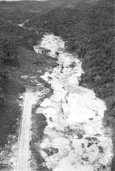 Pista de pouso para aviões do garimpo Chimarrão, região do Alto Rio Mucajaí/ RR. Foto: Charles Vincent, Arquivo ISA/1990.