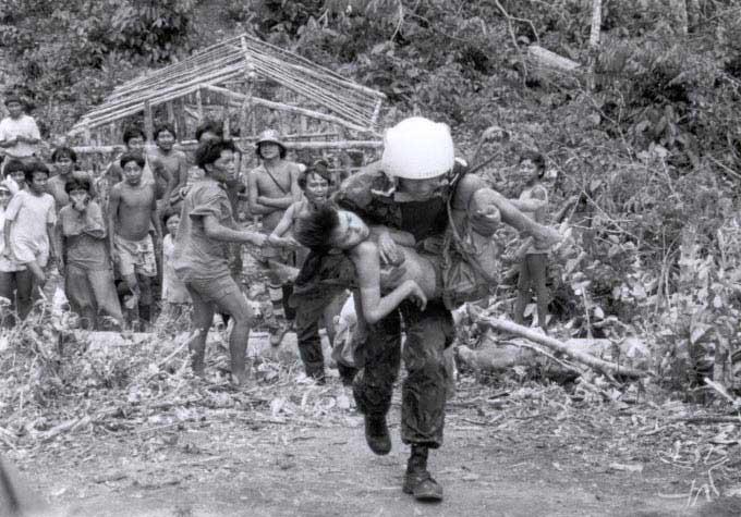 Piloto de helicóptero da Força Aérea Brasileira socorre Yanomami doente da maloca Hemosh. Foto: Charles Vincent, Arquivo ISA/1990.