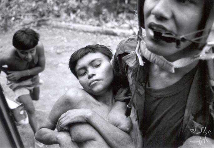 Piloto de helicóptero da Força Aérea Brasileira na remoção de mulher Yanomami doente da maloca Hemosh para o posto médico de Surucucus. Foto: Charles Vincent, Arquivo ISA/1990.