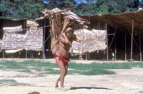 Trabalho diário de mulher yanomami/Maloca Toototobi (RR). Foto: Michel Pellanders, 1996.