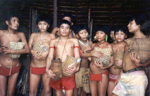 Yanomami com as cinzas dos parentes vitimados no Massacre de Haximu. Foto: Carlo Zacquini, 1993