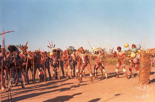 Chefe yawalapiti dando início a um jawari com os Waurá. Foto: Eduardo Viveiros de Castro, 1977.