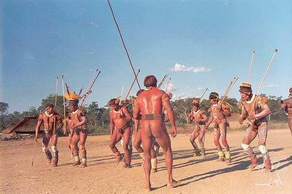 Dança preparatória, na aldeia yawalapiti, para um jawari com os Waurá. Foto: Eduardo Viveiros de Castro, 1977.