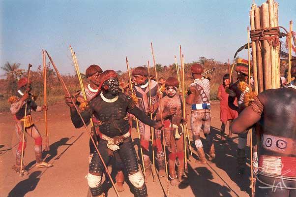 Competidor waurá prepara-se para lançar o dardo contra um Yawalapiti, em um ritual jawari. Foto: Eduardo Viveiros de Castro, 1977.