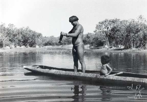 Yawalapiti pescando com seu filho no então Posto Indígena Vasconcelos, no Parque Indígena do Xingu. Foto: René Fuerst, 1955.