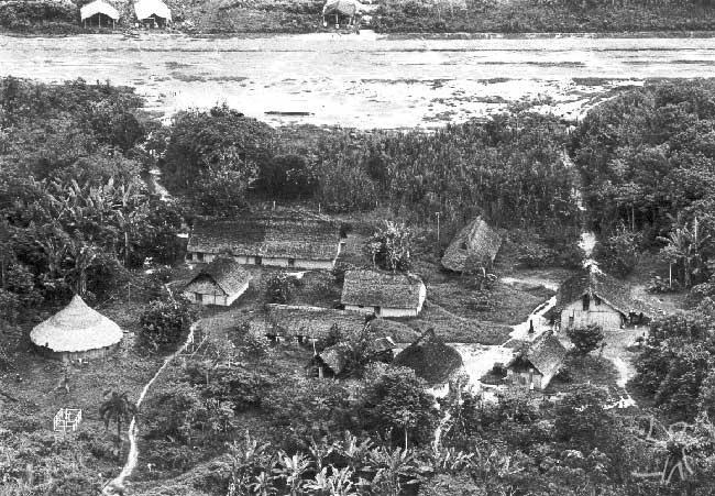 Pista de pouso e barracas de garimpeiros (ao fundo), ao lado da aldeia de Waikás, em Roraima. Foto: Murilo Santos/CEDI, 1989.