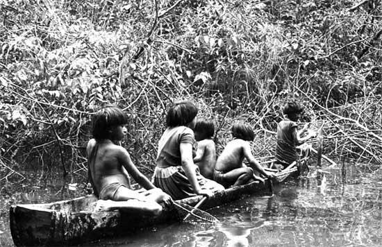 Mulheres e crianças ye´kuana durante pescaria na comunidade de Auaris, em Roraima. Foto: Ana Gita de Oliveira, 1974.