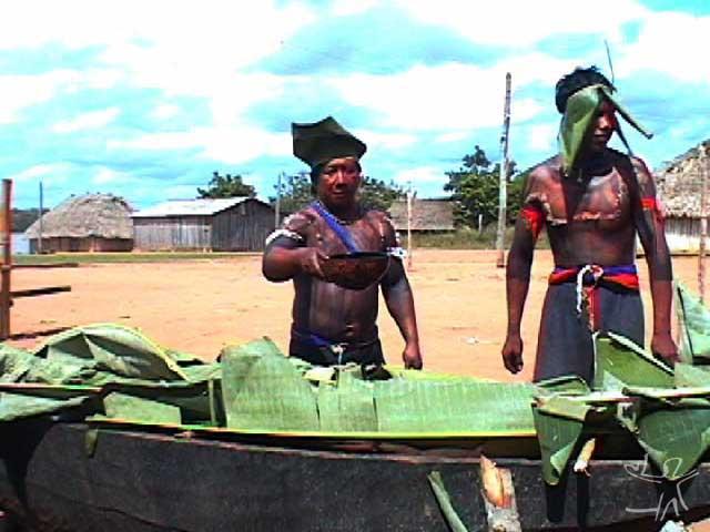 Homens com chapéus improvisados para um canto de cauinagem. Foto: Tânia Stolze Lima. Aldeia de Tubatuba, 2001