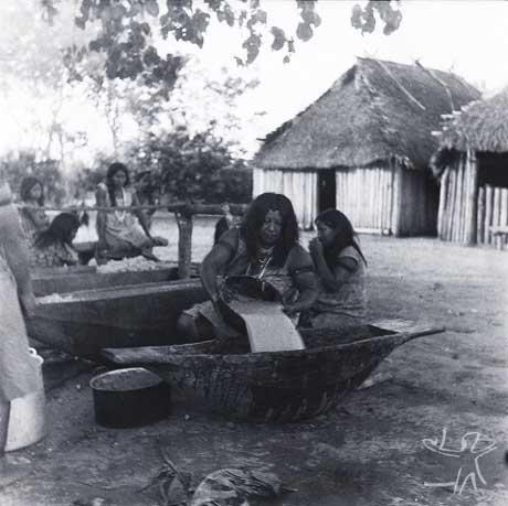 Mulheres Yudjá preparam cauim. Foto: Adélia de Oliveira, 1966.