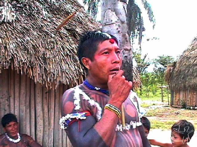 Homem tocando a flauta dos mortos no fim de uma cauinagem. Foto: Tânia Stolze Lima. Aldeia de Tubatuba, 2001.