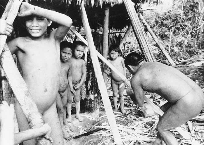 Grupo Zuruahã no Igarapé do Coxodoá. Foto: Gunter Kroemer, 1984.