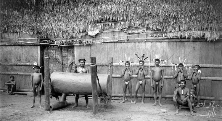 Trocano em frente à maloca tukano de Pari-Cachoeira, no Rio Tiquié. Foto: Koch-Grünberg, 1904. Segundo o antropólogo alemão, esta maloca media 28,80 metros de comprimento, por 21 de largura e 10,20 de altura.