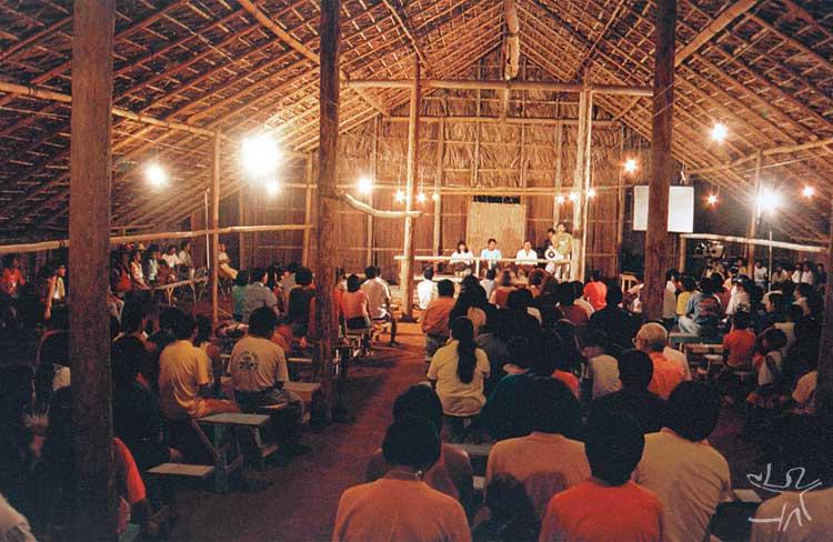 Assembléia na maloca da sede da Foirn (Federação das Organizações Indígenas do Rio Negro). Foto: Ana Laura Junqueira, 1996.