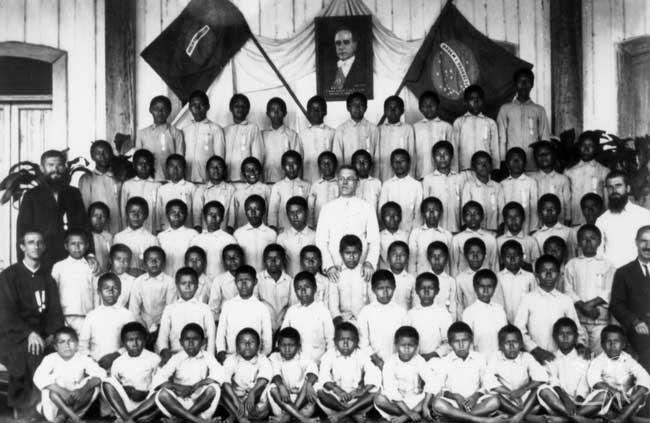 Alunos e missionários no Internato de São Gabriel. Foto: Arquivo da Diocese de S. Gabriel da Cachoeira.