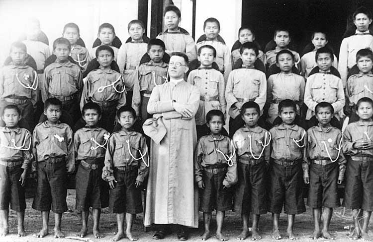 D. Pedro Massa, prelado em São Gabriel, com alunos do Internato de Taracuá. Foto: Arquivo da Diocese de S. Gabriel da Cachoeira.