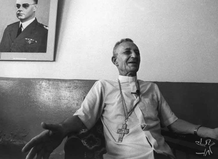 D. Miguel Alagna, prelado de São Gabriel, fotografado em seu gabinete, tendo ao fundo o retrato do brigadeiro Eduardo Gomes. Foto: Vincent Carelli, 1987.