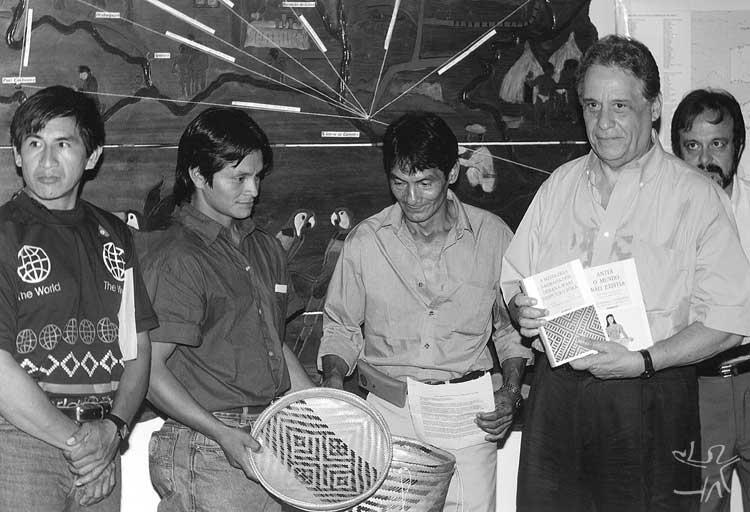 O presidente Fernando Henrique Cardoso, em visita a S. Gabriel, recebeu da diretoria da FOIRN o pedido para que o governo federal agilizasse a demarcação. Foto: Lula Marques (Folha Imagem), 1996.
